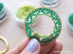 Colgante con forma de círculo Mandala en punto de ladrillo tejido en perlas Miyuki de Petit bout de cabou Turquoise Necklace, Crochet Earrings, Beads, Bracelets, Jewelry, Collar, Comme, Architecture, Log Projects