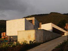 La casa UB es una obra de tres arquitectos colombianos:  Camilo Andrés Mejía Bravo, Andrés Felipe Mesa Trujillo y Alejandro Restrepo Montoya. Se encuentra en Medellín, concebida en tres niveles que se relacionan con el entorno natural.