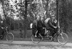 Фото: Семья бельгийских беженцев на велосипеде-тандеме по дороге во Францию