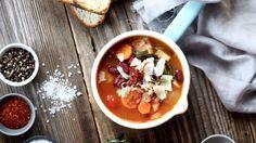 Rychlá polévka na zahřátí – plná zeleniny, fazolí a s výraznou chutí uzené slaniny a parmazánu.