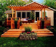 Eine erhöhte Terrasse mit zwei Ebenen und Pergola