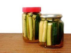 Je eigen komkommer inmaken klinkt misschien heel fancy, maar het is eigenlijk heel simpel en binnen 15 minuten gedaan! :)