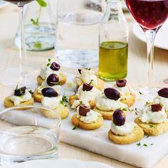 Crostini med chèvre och oliver