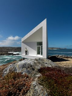 norwegian firm saunders architecture has completed the 'squish studio', one of six commissioned artist studios along  the coastline of fogo island in newfoundland, canada. positioned within the eastern town of tilting, the 30 square meter building  is perched upon the rocky terrain and supported with a system of stilts.