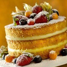 Você acha o naked cake lindo mas não se arrisca a preparar? É mais fácil do que você imagina! A chef patissier Laura Borzani da confeitaria Bombas de Chocolate nos ensi...