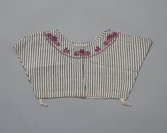 Kroplap van gestreept linnen, langs de hals met zijde geborduurd. De kroplap dateert vermoedelijk uit de tweede helft van de 18de eeuw. #NoordHolland #Zaanstreek