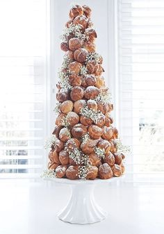 This croquembouche tower looks amazing thanks to the dainty sprigs of gypsophila that decorate it! We Go Around The World In 8 Wedding Cakes To Find The Best Ideas For You! See them all on the Wedding Ideas website!