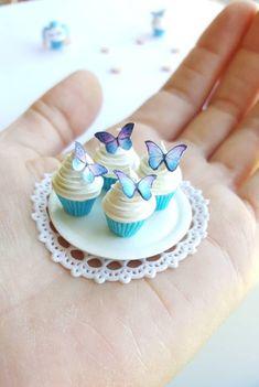 Miniature polymer clay butterfly cupcake per price Polymer Clay Cupcake, Cute Polymer Clay, Polymer Clay Charms, Polymer Clay Creations, Doll Crafts, Cute Crafts, Diy Doll, Barbie Food, Doll Food