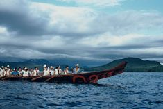Caption: red cedar wood, paint, 1520 cm (length), Haida Heritage Centre at Kay Llnagaay, Haida Gwaii; Credit: Collection of the Haida Heritage Centre at Kay Llnagaay, Haida Gwaii. Courtesy of Guujaaw; Iljuwas Bill Reid | Art Books | Art Canada Institute; #billreid #canadianartist #indigenousartist #northwestcoast #haida #canoe Credit Collection, Bill Reid, Raven And Wolf, Red Cedar Wood, Haida Gwaii, Haida Art, Killer Whales, Ways Of Seeing, Canadian Artists