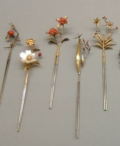 Hairpins from the Edo period. Hair Jewelry, Jewelry Art, Antique Jewelry, Vintage Jewelry, Jewelry Accessories, Jewelry Design, Vintage Hair Combs, Barrettes, Japanese Hairstyle