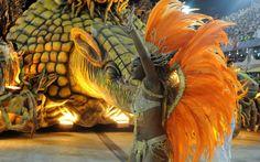 À frente de carro alegórico de tatu-bola, destaque da Unidos de Vila Isabel dança e saúda público