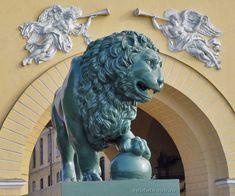 Львы перед Адмиралтейством. Lion in front of Admiralty. St. Petersburg