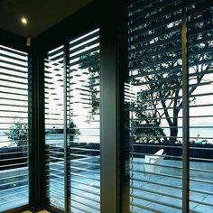 Onze vaste shutters kunnen fantastisch goed worden toegepast tussen muren, in sparingen van muren en voor kozijnen. De louvres zijn verstelbaar en daardoor bepaal je zelf de sfeer. Shutters, Blinds, Louvre, Curtains, Home Decor, Good Ideas, Window Shutters, Window Shutters, Net Curtains