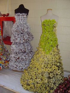 White Dress made ​​with paper cups Green, made ​​from plastic bottles PD Paper Fashion, Fashion Art, Fashion Show, Fashion Design, Recycled Dress, Recycled Cans, Recycled Clothing, Newspaper Dress, Creation Couture