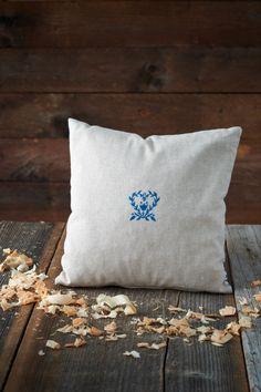 Das urige Wendekissen aus naturfarbener und karierter Baumwolle wurde mit duftenden Zirbenspänen befüllt. Für den guten Schlaf. Throw Pillows, Natural Colors, Sleep, Ceilings, Handmade, Cotton, Toss Pillows, Cushions, Decorative Pillows