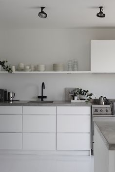 The simple lines of the concrete countertop in the image below are mirrored in the single open shelf Kitchen Benches, Ikea Kitchen, Kitchen Interior, Kitchen Dining, Minimal Kitchen Design, Minimalist Kitchen, Concrete Kitchen, Concrete Countertops, Küchen In U Form