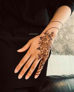 One of the most popular places to have henna is on the hands. So, today we are bringing you 21 amazing henna hand designs that are a work of art! Henna Hand Designs, Eid Mehndi Designs, Mehndi Designs Finger, Henna Tattoo Designs Simple, Floral Henna Designs, Arabic Henna Designs, Modern Mehndi Designs, Mehndi Designs For Fingers, Mehndi Design Images