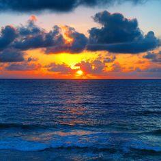 Here comes The Sun, Caribe Sunrise #nowords #amanecer #caribe #sunrise #mar #sea #magic #moments #blue #azul #wakeup #cliche #photo #colors #colores #life #picture #sol #sun