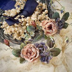 🌸 薔薇とスミレとヴィンテージハット * 今週末12日土曜日 赤毛のアンさん Natural Marketに出店します 😊 * #布花 #染め花 #薔薇 #スミレ #ヴィンテージハット