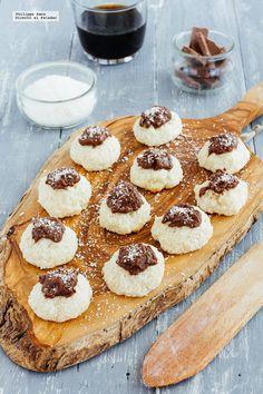 Bolitas de coco y chocolate. Receta con fotografías del paso a paso y recomendaciones de degustación. Recetas de postres para el verano...