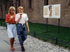 Das weiße T-Shirt, die Nikes, der hohe Bund, geht alles immer noch. Nur diesen Vokuhila vermisst niemand. Berlin, 1992