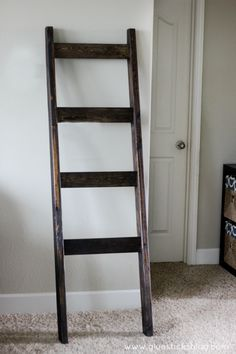 DIY Quilt Ladder - Idea on what to do with the rustic early family quilt frame. Diy Ladder, Wood Ladder, Ladder Decor, Ladder Shelves, Wooden Blanket Ladder, Quilt Ladder, Pallet Furniture Plans, Diy Furniture, Building Furniture