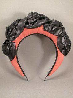 Headband en simili cuir rose fait à la main,fleurs en tissu réalisée à la main également,  C'est une pièce forte et élégante qui saura finir une tenue pour une occasion spéciale mais qui peut aussi se porter au quotidient avec un jean! PIECE UNIQUE vendue,  je peux réaliser autre modèle sur commande (délais 15j)