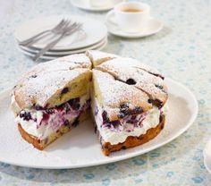 Heidelbeerkuchen: Saftiger Kuchen mit süß-sauren Heidelbeeren, dazwischen gibts eine köstliche Sahnecreme.