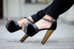 Hermosos zapatos negos con tiras grises. Plataforma y taco de madera.