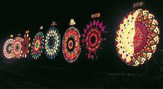Il Natale nelle Filippine si accendono le luci. Ogni sabato che precede il Natale, si tiene il Giant Lantern Festival. Tantissime lanterne, di tante forme e fantasie, diventano le protagoniste di questo festival, e hanno un unico punto in comune: la grandezza. Nate come piccole lanterne costruite con bambù e carta di riso, quelle odierne possono raggiungere anche i 20 metri. Global Holidays, Lantern Festival, Seasons, Google Search, Flashlight, Shape, Imagination, Seasons Of The Year