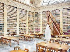 Biblioteca Palatina em Parma. Essa Biblioteca foi fundada em 1761 por Filippo di Borbone. Possui em seu acervo mais de 700mil livros e é uma das Bibliotecas mais ricas da Itália.