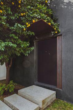 Entrance. Doblado House by IHC. © 1826 Proyectos Fotográficos.