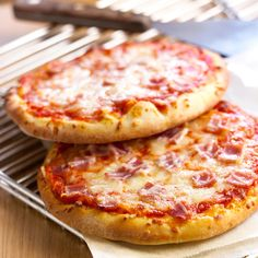Discover our easy and quick recipe of Pizza Ham Cheese on Cuisine Actuelle! Pizza Recipe Pillsbury, Mushroom Pizza Recipes, Pizza Buns, Pizza Express, Detox, Good Pizza, Ham And Cheese, Ketchup, Italian Recipes