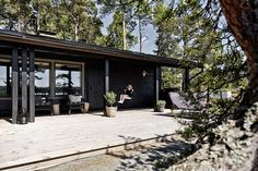 my scandinavian home: An utterly idyllic Finnish summer cabin with a sea view Long House, Dark House, Scandinavian Cabin, Seaside Garden, Summer Cabins, Lakefront Homes, Beach Shack, Cabin Design, House Colors