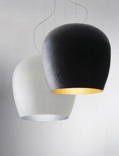 Hand Made es una lámpara con versiones de interior y exterior, que experimenta con el plástico reforzado con fibra de vidrio