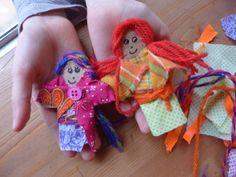 l'atelier poupée tracas pour le projet de L'Armoire au Café des Enfants. les enfants et les poupées tracas! ils étaient concentrés, écouter la lecture de l'album Billy se bile (merci Mary!) ensuite choisir les tissus, découper et plier pour transformer...