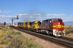 https://flic.kr/p/x6Kg92 | 1995-09-12 1735  ATSF 940 Dalies, NM | The lead Dash 8-40CW is not quite two years old. In another 10 days it will no longer run for an independent Santa Fe as the BN merger is right around the corner.