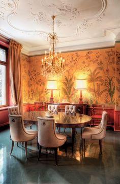 de Gournay: pattern Sans Soucis in standard design colours of Crackled Gold metallic silk. Photo Julien Vonier. Interior Design by Ernst-Robbert Tattersal, House of I.D.E.A.S.
