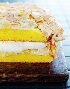 """Es gibt da diesen einen Kuchen, für den liegen Pauls Fans ihm regelrecht zu Füßen. Er nennt sich weltbester Kuchen und das Rezept stammt aus seinem Heimatland Norwegen. Wir freuen uns, das Rezept jetzt auch auf sweetpaul.de veröffentlichen zu dürfen. Es stammt aus Pauls Buch """"sweet pauls fabehalfte welt – 101 kreative Ideen zum Backen, Kochen, Selbermachen"""" aus dem Umschau-Verlag. Ein tolles Buch, das jeder Paul-Fan zuhause haben sollte."""