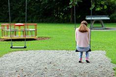 Billedet viser en ensom kvinde.Siden handler om kronisk traumatiserede og relationer.