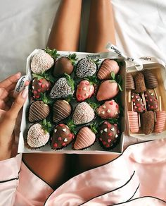 Cake with Chocolate Covered Strawberries . Cake with Chocolate Covered Strawberries . Chocolate Strawberry and Food Image Think Food, I Love Food, Good Food, Yummy Food, Tasty, Healthy Food, Healthy Eating, Healthy Recipes, Food Porn