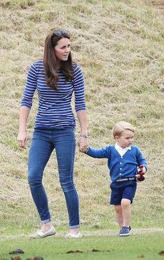 Kate Middleton usa calça coladinha e mostra boa forma em passeio com Príncipe George