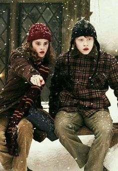 "Emma Watson as Hermione Granger and Rupert Grint as Ron Weasley in ""Harry Potter and the Prisoner of Azkaban. Fans D'harry Potter, Theme Harry Potter, Harry Potter Pictures, Harry Potter Cast, Harry Potter Love, Harry Potter Characters, Harry Potter World, Hermione Granger, Harry Ron Hermione"
