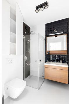 By jak najefektywniej wykorzystać niewielki metraż łazienki, warto zamówić wyposażenie pod wymiar. I to nie tylko meble. Dopasować do wnętrza można także kabinę prysznicową. Wiele firm oferuje nawet konfiguratory internetowe, które umożliwiają takie indywidualne zamówienie. Narożne kwadratowe lub prostokątne kabiny z chromowanymi profilami będą się prezentować bardzo nowocześnie. A jeśli w dodatku zrezygnujemy w nich z brodzika, wnętrze wyda się optycznie większe.