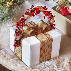Cozy Lodge Berry Handle Gift wrapping idea to make your gifts look special