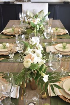 Flower Arrangements for my Green and Gold Easter Table Setting - Home with Holliday Brunch Table Setting, Easter Table Settings, Thanksgiving Table Settings, Buffet Set Up, Beautiful Table Settings, Gold Table, Green And Gold, Flower Arrangements, Table Decorations
