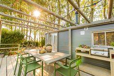 Elke STOERbuitenlodge is voorzien van een overdekte veranda met loungebanken en een pergola waar de ruime eettafel klaar staat. Je bent voorzien van alle benodigdheden in een sfeer en stijl die je thuis ook wil ervaren! #STOERbuiten #Terras #Veranda #Lounge #Eettafel #Sfeer #Glamping #Bouwen Lodges, Camping, Patio, Outdoor Decor, Instagram, Home Decor, Chalets, Campsite, Cabins