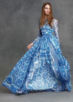 Bodenlanges Kleid in Blau und Weiß, mit langen Ärmeln, locker fallend, elegantes A Linien Kleid