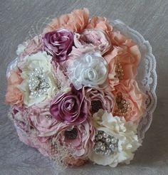 Ramo de novia vintage  echo a mano, materiales encaje, satén y diversos tipos de tejidos en color rosa palo, salmón, blanco y marfil adornos con pe...