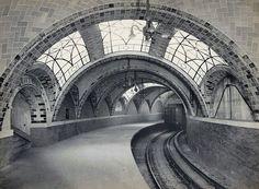 """City Hall, também conhecida como City Hall Loop, foi o terminal sul da primeira linha de Metrô da cidade de Nova York.  Foi construída pela Interborough Rapid Transit Company (IRT), e era chamada de """"Manhattan Main Line""""."""